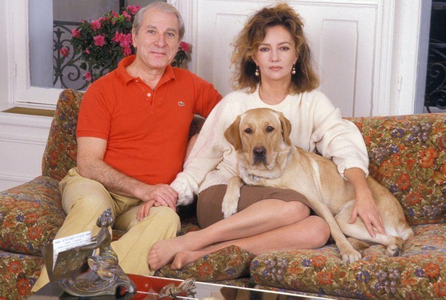 Caroline Cellier et Jean Poiret chez eux à Paris en janvier 1988.