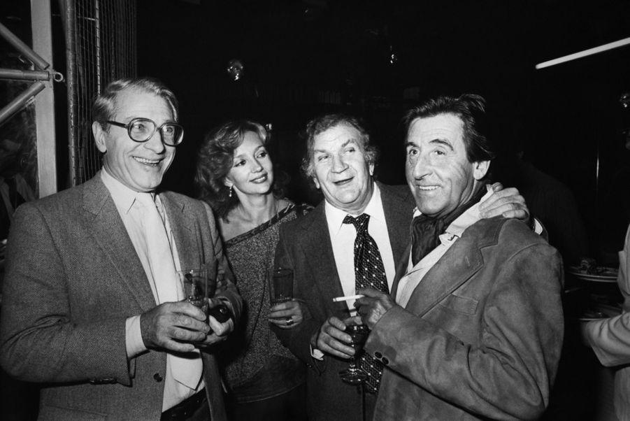 Caroline Cellier et Jean Poiret avec Pierre Mondy et Jean Lefebvre lors d'une première en octobre 1982 à Paris.