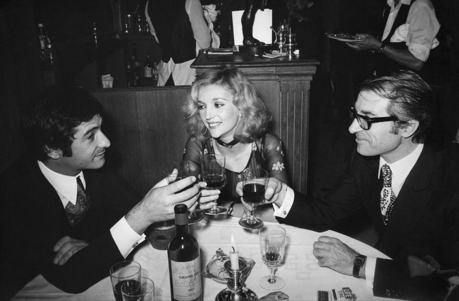 Jean Poiret, Caroline Cellier et Jean-Claude Brialy lors d'un dîner en mai 1971 à Paris.