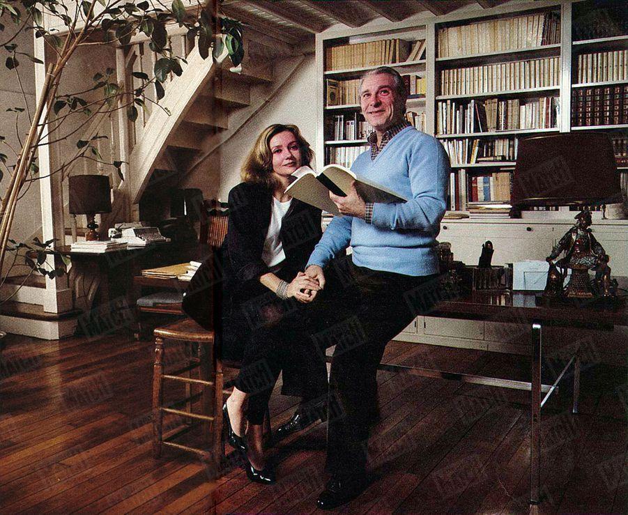 Caroline Cellier et Jean Poiret chez eux à Paris en décembre 1984.
