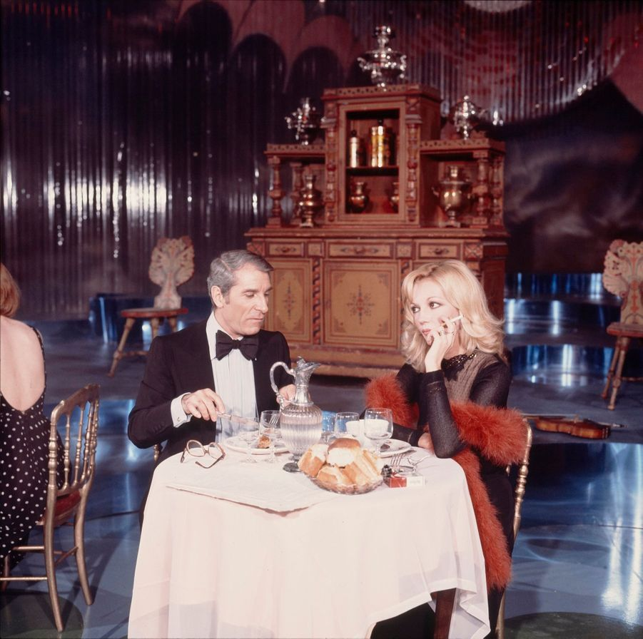 """Jean Poiret et Caroline Cellier dans un sketch de l'émission """"Poiret est à vous"""", en décembre 1975."""