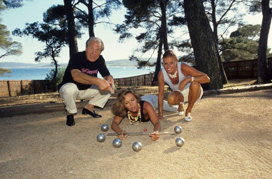 Caroline Cellier et Jean Poiret jouant à la pétanque avec la productrice de théâtre Jacqueline Cormier, en vacances dans leur maison de Saint-Tropez, en juillet 1985.