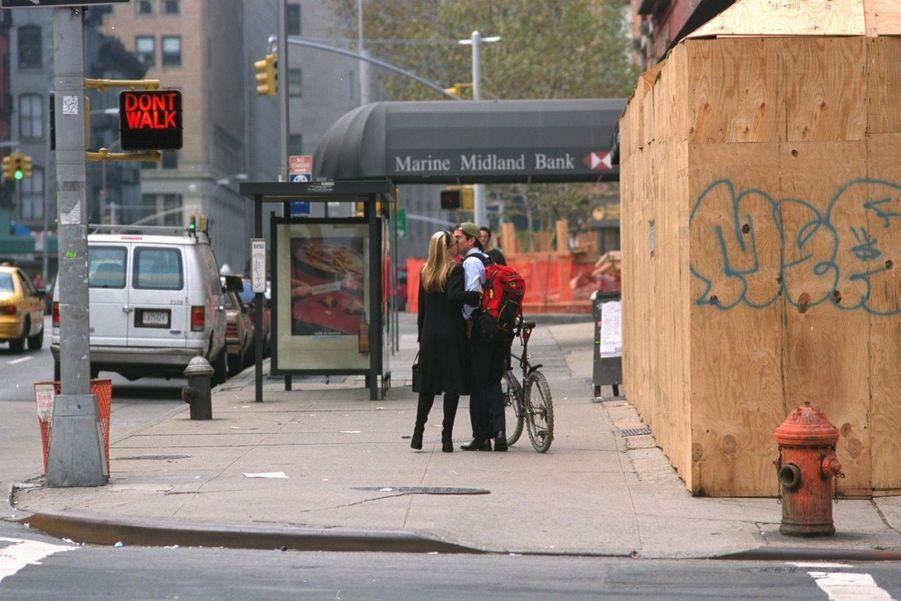 Carolyn Bessette Kennedy et John John, jeunes mariés, en octobre 1996 à New York.