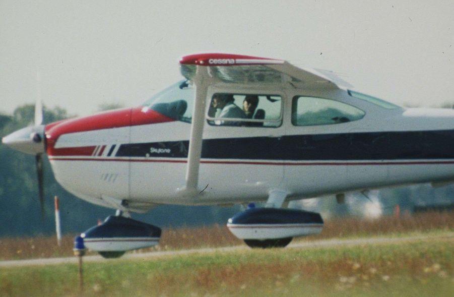 Carolyn Bessette Kennedy et John John dans leur petit avion privé en juin 1998. C'est dans cet appareil qu'ils trouveront la mort, un an plus tard.