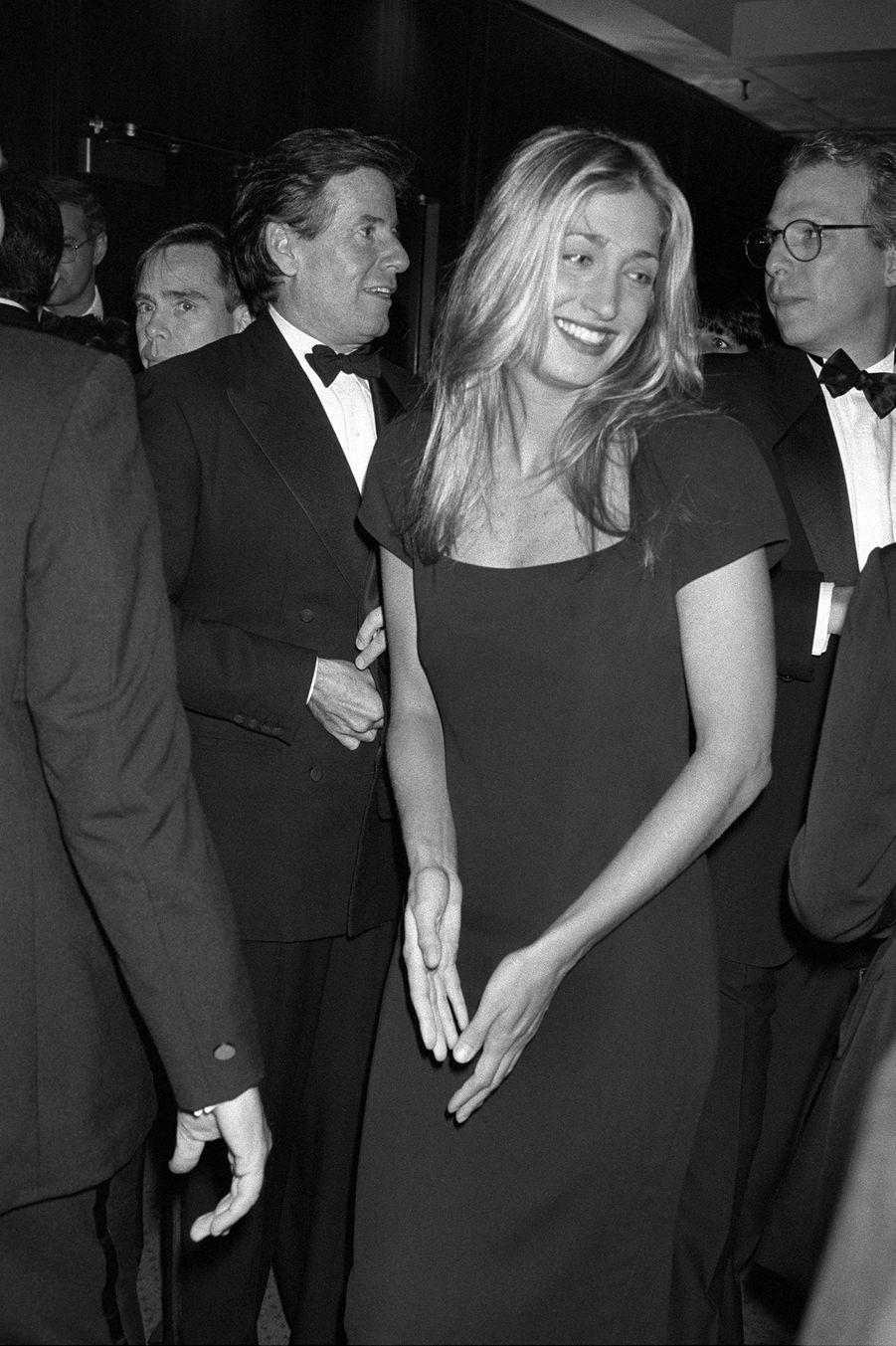 Carolyn Bessette Kennedy avec Calvin Klein (derrière elle) en octobre 1992.