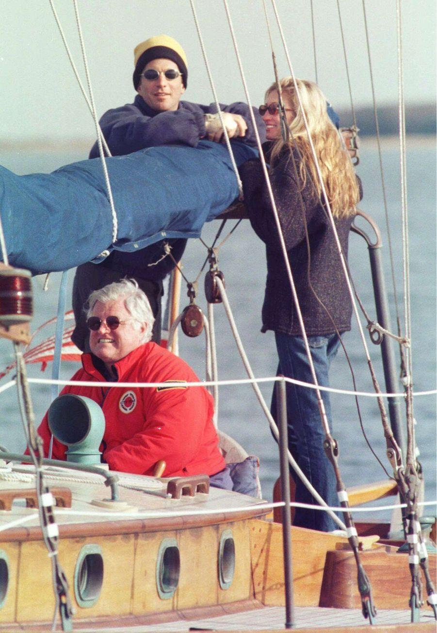 """Carolyn Bessette Kennedy et John John en compagnie de Ted Kennedy, sur son voilier """"Mya"""", en juin 1995."""