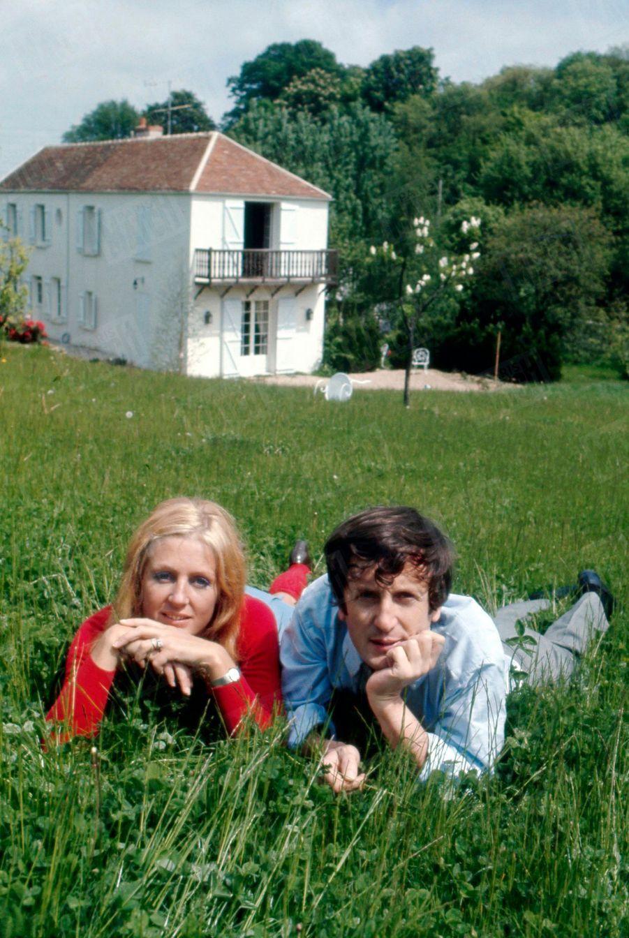 Catherine et Claude Rich dans leur maison d'Orgeval, en mai 1968.