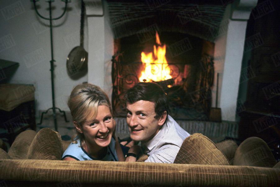 Catherine et Claude Rich dans leur maison d'Orgeval, en octobre 1964.