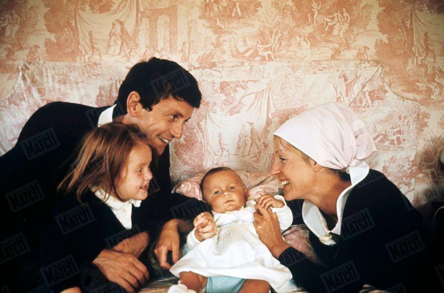 Catherine et Claude Rich avec la grande Delphine et la petite Natalie, dans leur maison d'Orgeval, en octobre 1964.