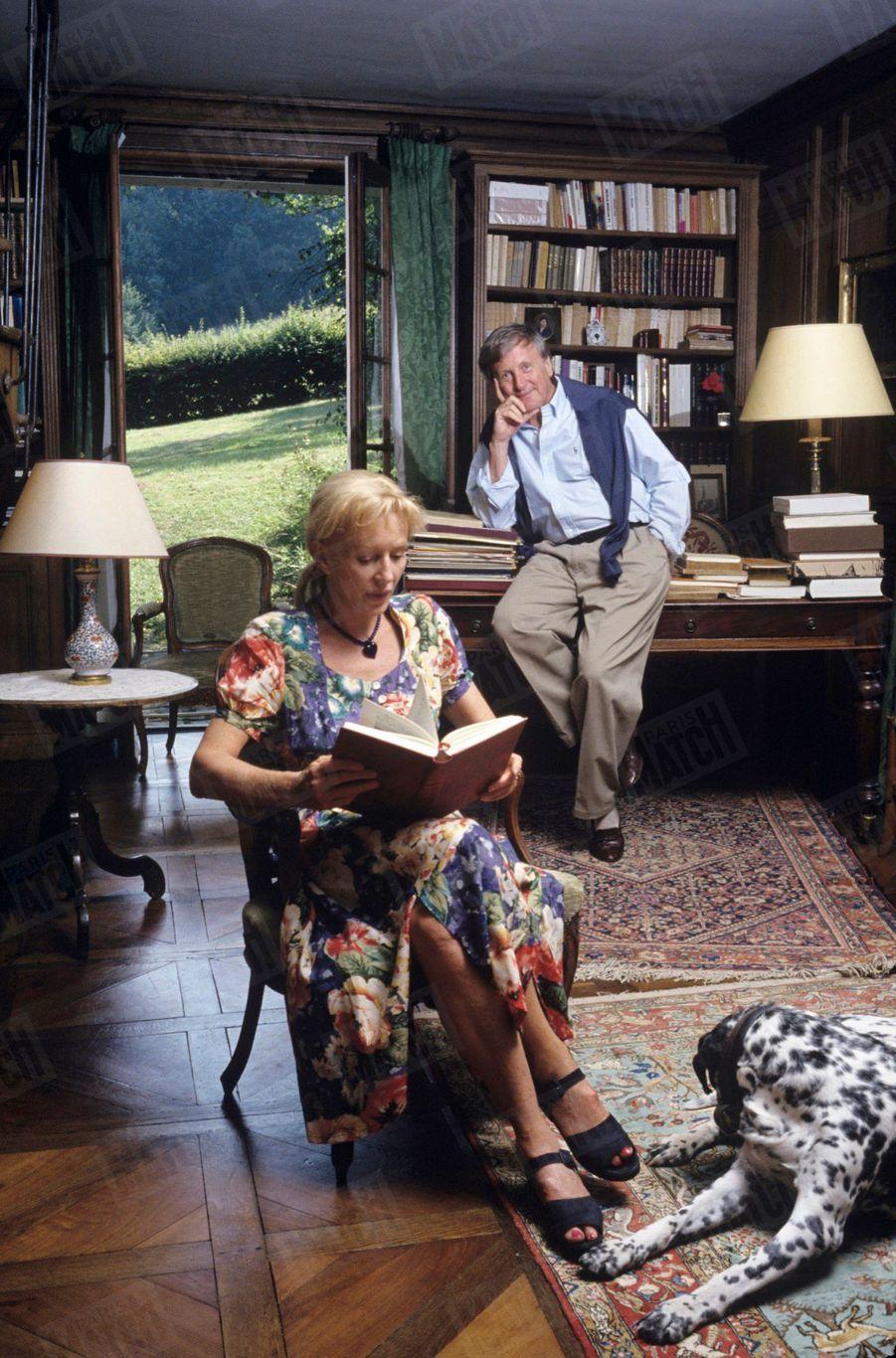 Catherine et Claude Rich dans leur maison d'Orgeval, en août 1993.