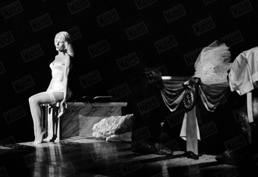 """Catherine Rich sur la scène du Théâtre de Paris dans la pièce """"Honni soit qui mal y pense"""", en mai 1971."""