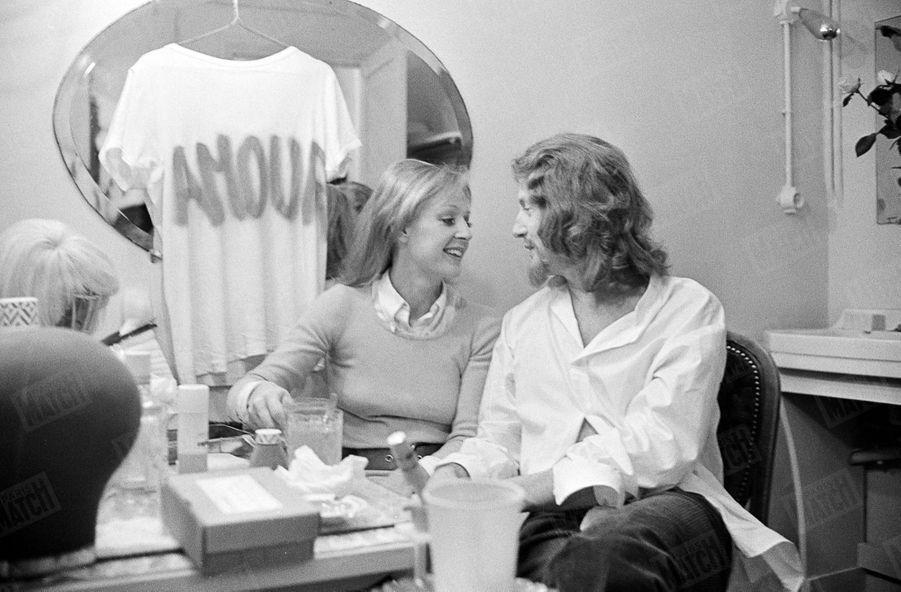 """Catherine et Claude Rich dans les coulisses du Théâtre de Paris, pour la pièce """"Honni soit qui mal y pense"""", en mai 1971."""