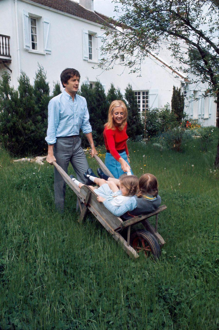 Catherine et Claude Rich avec leurs filles Delphine et Natalie, dans leur maison d'Orgeval, en mai 1968.