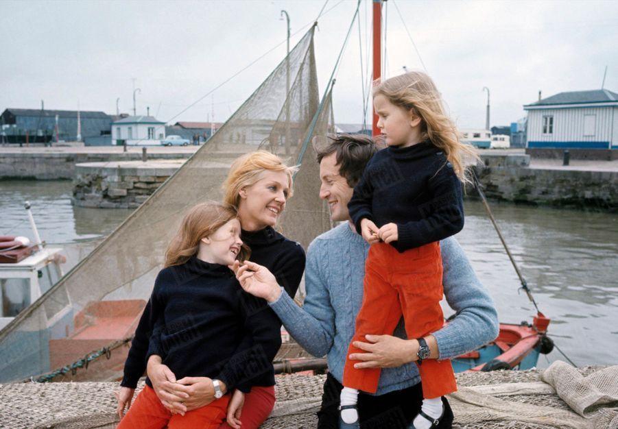 Catherine et Claude Rich avec leurs filles Delphine et Natalie, à Honfleur, en mai 1968.