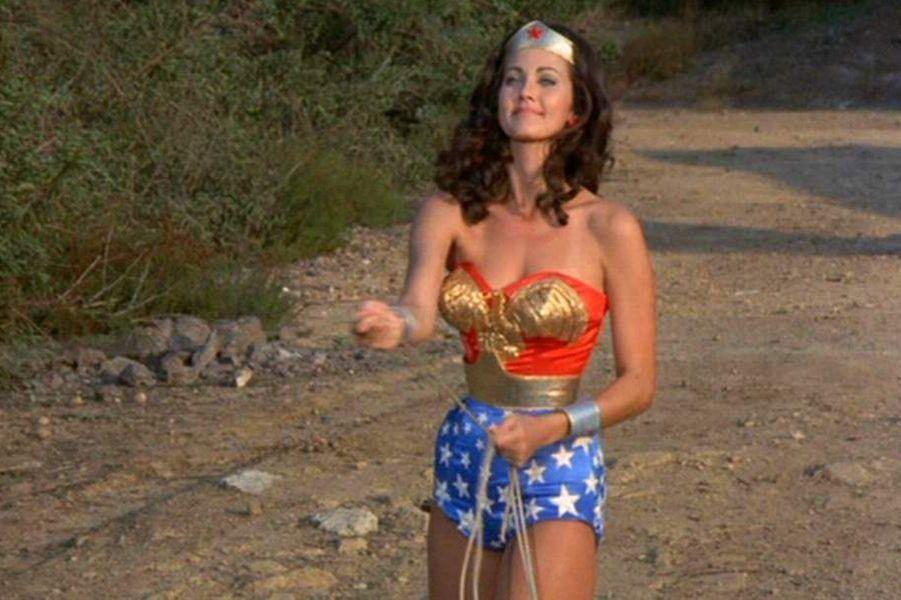 Lynda Carter est connue essentiellement pour avoir incarnée le temps de 3 saisons, de 1976 à 1978, Wonder Woman, dans une série NBC. Elle est la dernière à avoir incarnée la super héroïne puisqu'aucun projet n'a abouti depuis.