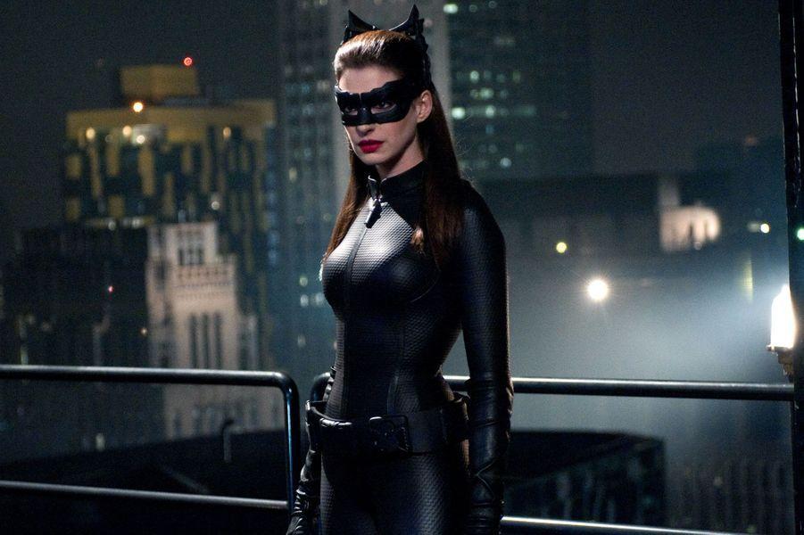 Dur dur pour Anne Hathaway de reprendre ce rôle après l'échec commercial et critique de la version de Pitof de «Catwoman». Et pourtant… Bluffante dans sa combinaison en cuir et pas vulgaire un instant, sa performance dans «The Dark Knight Rises» lui vaudra même une nomination à l'Oscar du meilleur second rôle féminin.