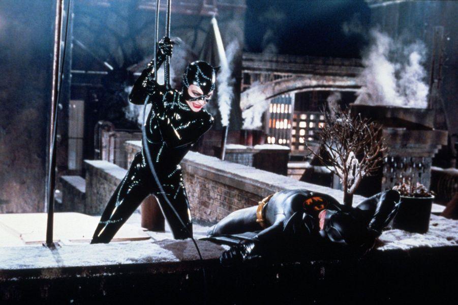 Cette version de «Batman», réalisée par Tim Burton, a longtemps été LA référence en tant qu'adaptation du héros de Gotham. Michelle Pfeiffer, quant à elle, a livré une prestation jusqu'ici inégalée en Catwoman. Un film qui avait coûté à l'époque 80 millions de dollars: un chiffre pharaonique en 1991.
