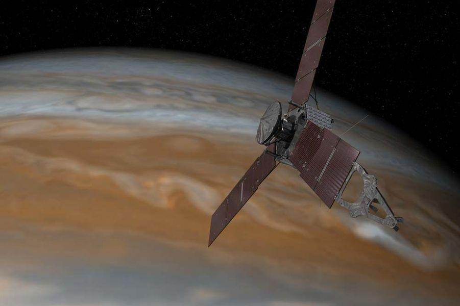 L'année 2015 a été riche en actualités spatiales. Entre les épisodesRosetta et Philaesur la comète Tchouri, ladécouverte d'eau liquidesur Mars,les magnifiques clichésde la planète naine Pluton,la conquête spatialede Jeff Bezos, oules mystérieuses lumières de Cérès, les mordus d'étoiles ont été servis.Juno est une sonde spatiale lancée en 2011 par la fusée Atlas V. En août prochain, elle sera mise en orbite pendant une année autour de Jupiter afin de réaliser des observations. Durant cette période, elle fera 32 tours de l'astre pour répondre à deux principales questions: quelle masse d'eau est présente dans l'atmosphère de la planète gazeuse et quelles sont les caractéristiques de sa gravité et de son champs magnétique.