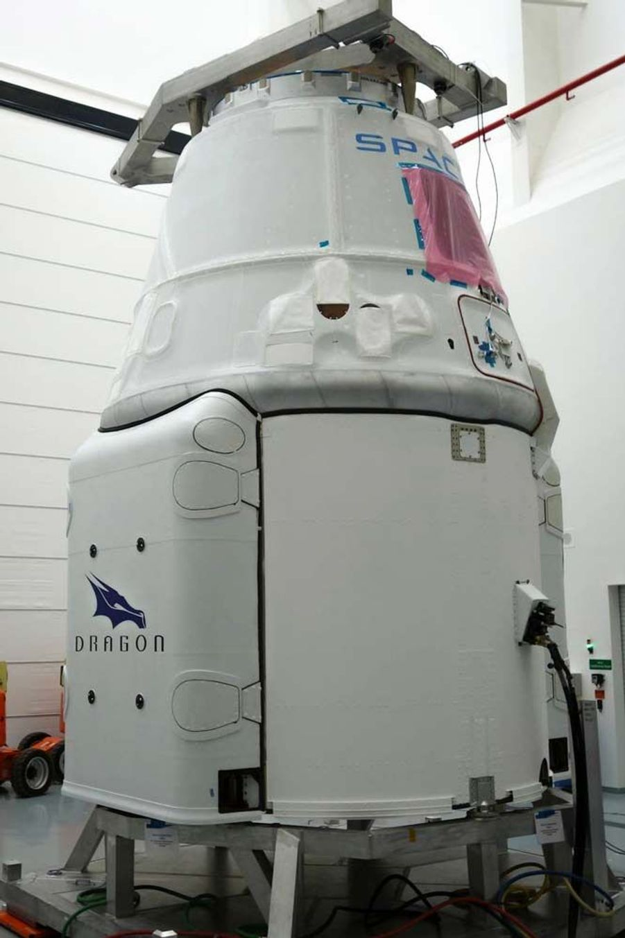 L'année 2015 a été riche en actualités spatiales. Entre les épisodesRosetta et Philaesur la comète Tchouri, ladécouverte d'eau liquidesur Mars,les magnifiques clichésde la planète naine Pluton,la conquête spatialede Jeff Bezos, oules mystérieuses lumières de Cérès, les mordus d'étoiles ont été servis.A la fin de l'année 2016, SpaceX fera encore couler de l'encre avec sa navette Dragon V2, qui a été choisie par la Nasa pour transporter des astronautes vers l'ISS. Las, le vaisseau de la société du milliardaire Elon Musk, actuel propriétaire de Tesla, est hors service depuis 2011. Dragon V2 devrait alors subir des vols d'essais à cette période pour tester sa fiabilité. Si les tests sont concluants, SpaceX pourrait entamer des vols habités en 2017.