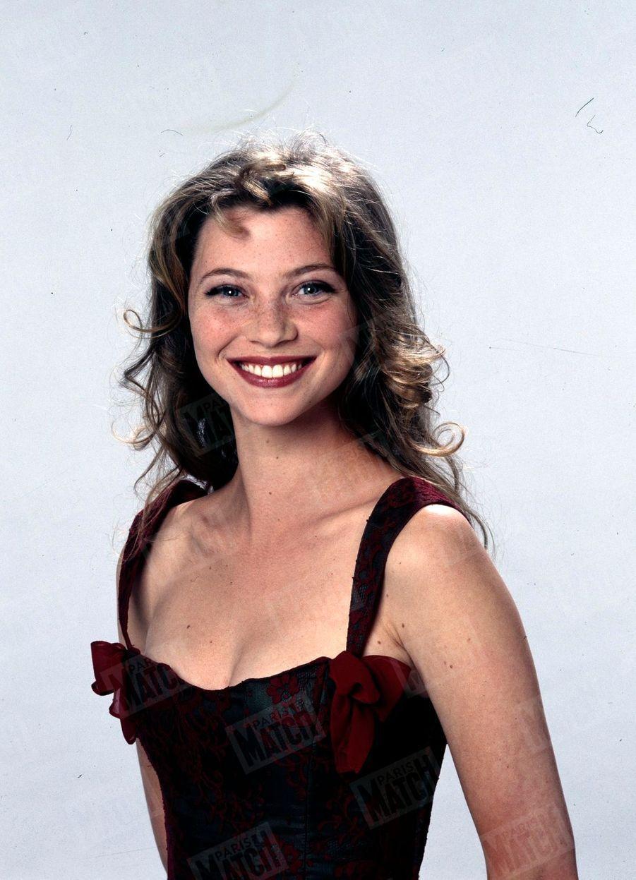 « Elle s'appelle Cécile Bois. Elle a 24 ans. Elle est la nouvelle Angélique. Et c'est Lolita Lempicka qui lui a créé sa robe de star. » - Paris Match n°2406, 6 juillet 1995