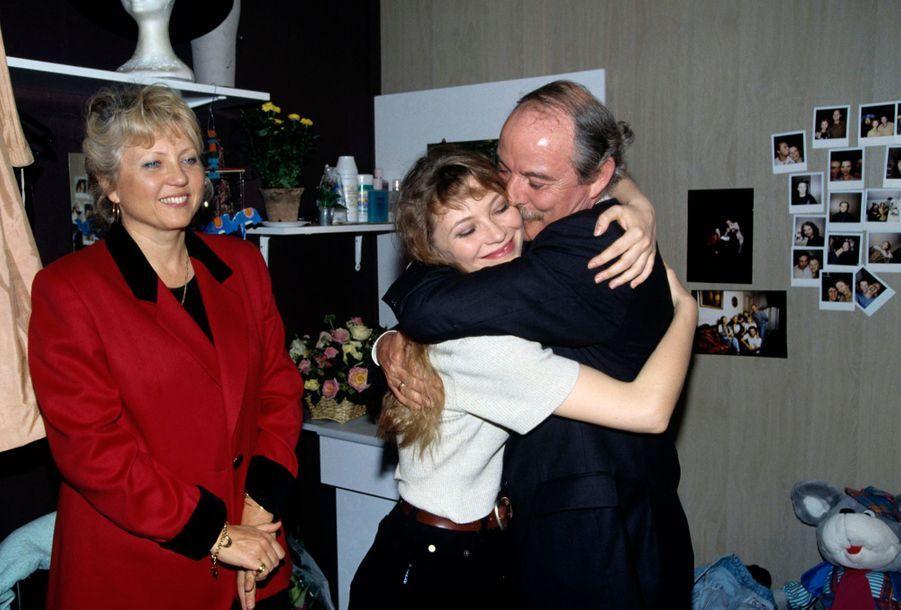 « Cécile embrassée par son père sous l'oeil de sa mère, venus tous deux de Bordeaux, le soir de la première. » - Paris Match n°2420, 12 octobre 1995