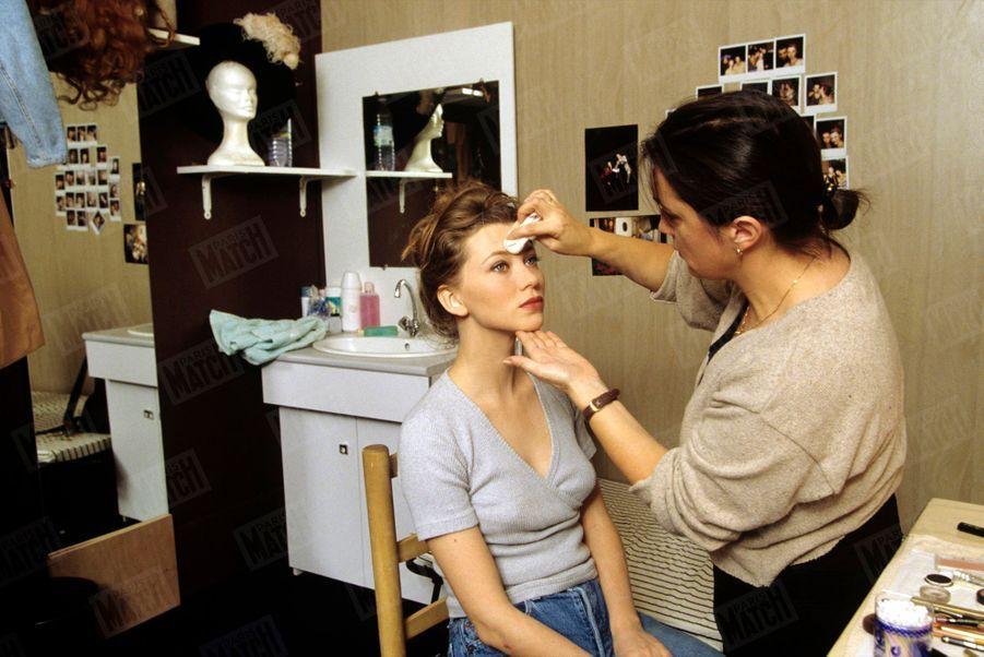 « Cécile Bois, maquillée par Jocelyne Lemery dans sa loge au Palais des sports. » - Paris Match n°2420, 12 octobre 1995