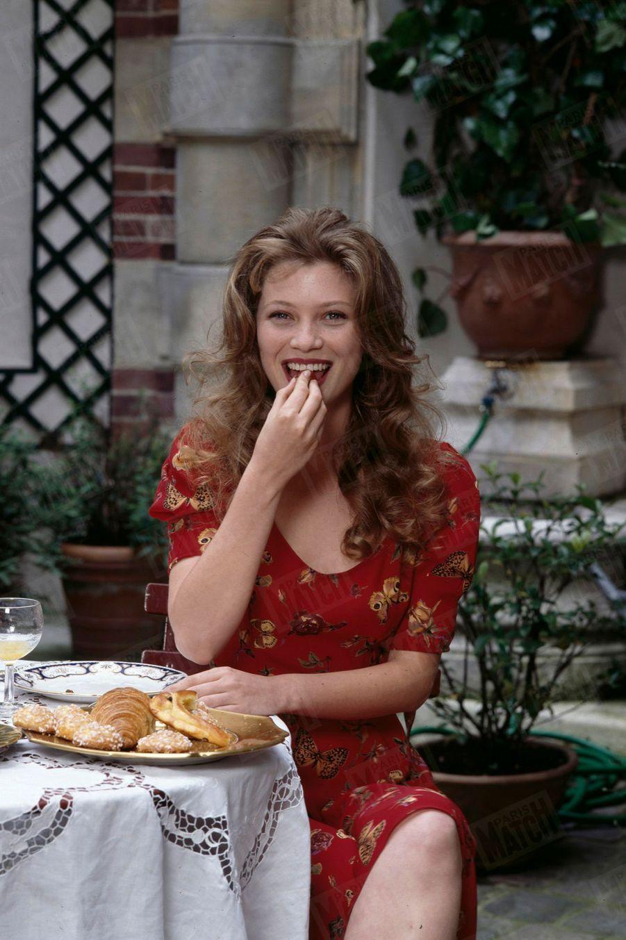 « Cécile Bois a été habillée par Lolita Lempicka en personne. Qui a agrafé ses corsages et accroché son collier. Ici, elle porte une robe décolletée en crèpe rouge. » - Paris Match n°2406, 6 juillet 1995