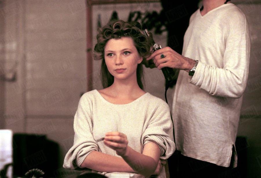 « Comment une jeune comédienne inconnue se transforme progressivement en héroïne romantique : Cécile Bois est coiffée par Alessandro, de chez Jacques Dessange. » - Paris Match n°2406, 6 juillet 1995