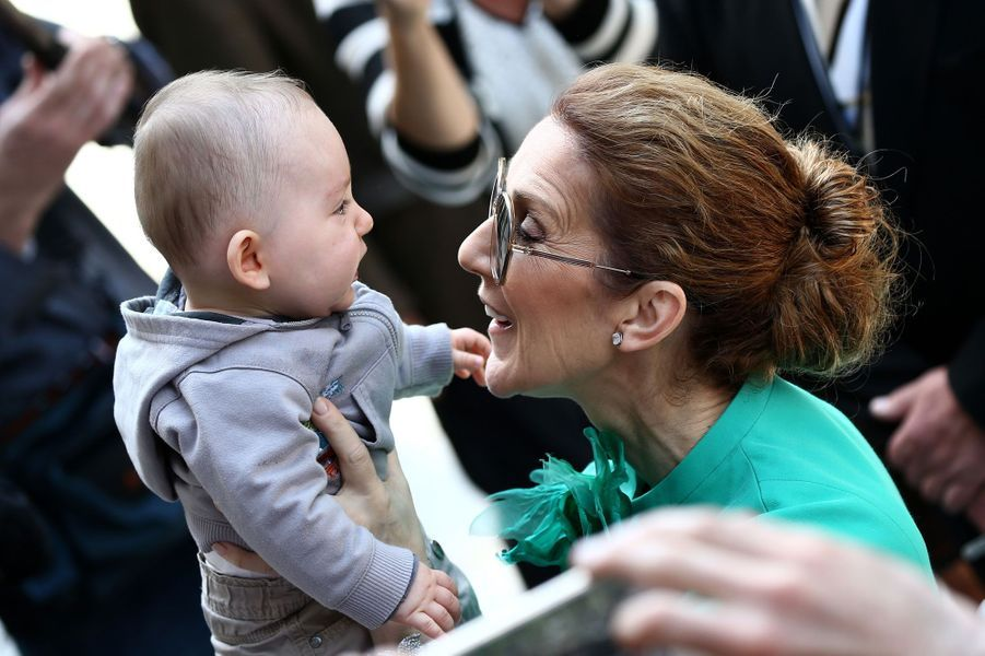Céline émerveillée par un nouveau-né