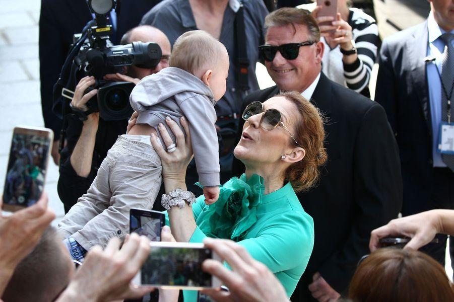 Grimaces et gazouillis pour Céline Dion
