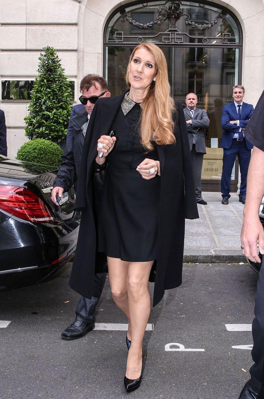 Céline Dion à la sortie de l'hôtel Royal Monceau à Paris