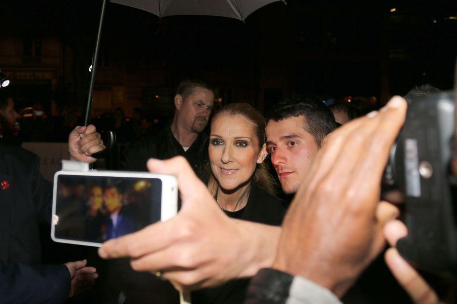 Céline Dion prend des selfies avec ses fans