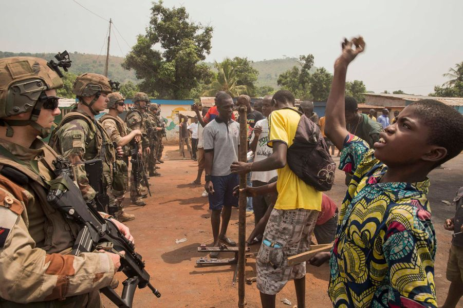 Vendredi 7 février, à la sortie de Bangui. Des militaires français maintiennent un no man's land de 200 mètres entre populations ennemies.