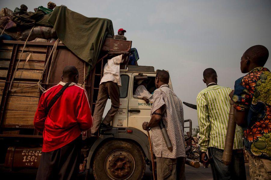 Le camion chargé de Peuls tombe en panne. A bord, c'est la terreur.