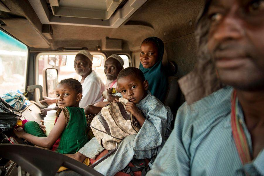 Cette famille peule a trouvé un camion pour fuir vers le Tchad.