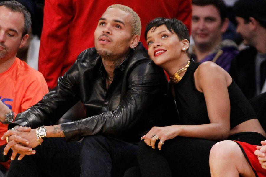 Tabassée en 2009 par le rappeur, Rihanna lui a finalement donné une seconde chance en 2013. Face aux critiques, Rihanna avait défendu leur relation:«Maintenant, c'est tout ce que nous voulons, une belle amitié, incassable. (...) Nous sommes adultes aujourd'hui et nous pouvons y arriver.» Ils ont finalement à nouveau rompu au printemps 2013, Chris Brown retournant aux côtés de son ex Karrueche Tran.