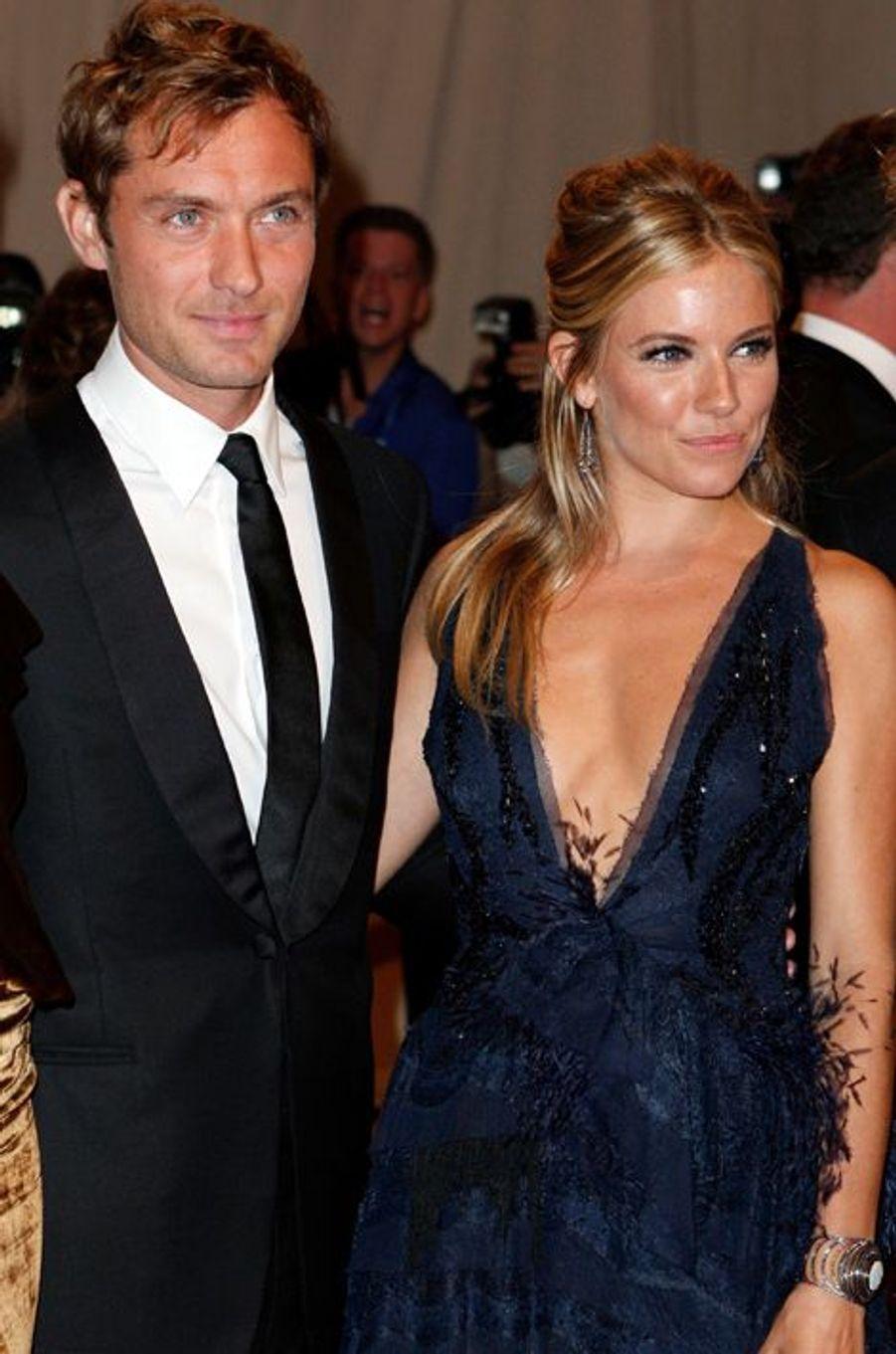 Jude Law et Sienna Miller s'étaient rencontrés en 2003 sur le tournage d'«Irresistible Alfie». Mais en 2005, l'acteur avoue avoir trompé sa belle avec la nounou de ses enfants. S'en suit une rupture médiatique, mais tous deux renouent en 2010... pour rompre à nouveau un an après. La nounou n'était, cette fois, pas impliquée.