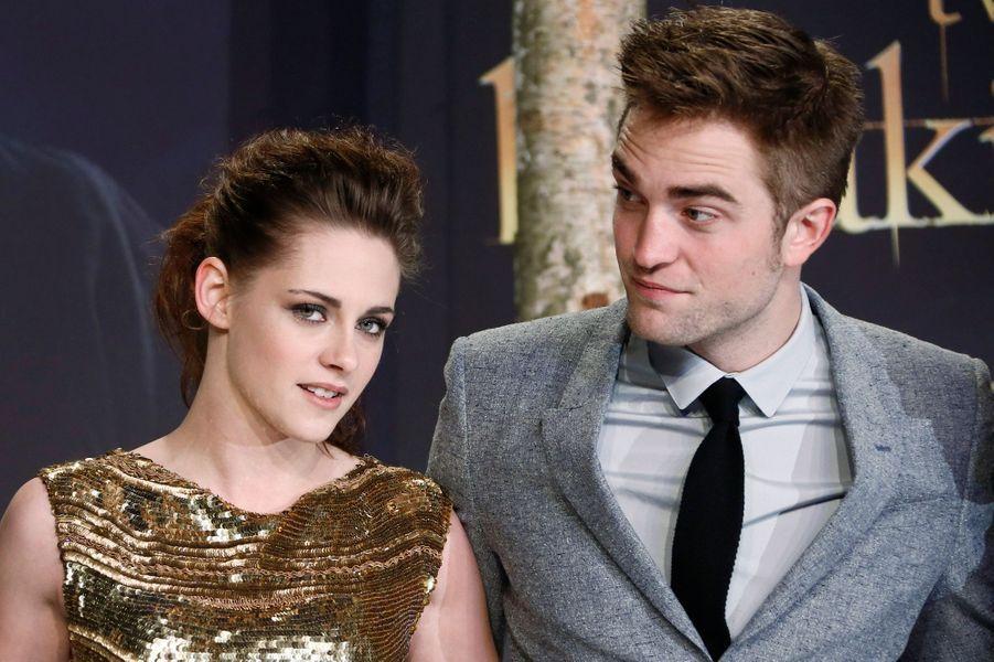 """Ensemble, pas ensemble... Malgré les nombreuses paparazzades les montrant ensemble, les stars de """"Twilight"""" n'avaient jamais parlé de leur histoire jusqu'aux photos prouvant la liaison entre Kristen Stewart et Rupert Sanders, le réalisateur (marié) de """"Blanche-Neige et le Chasseur"""". Un an après leur rabibochage (et une promo mondiale pour le dernier film de la saga), tous deux ont finalement rompu en mai 2013."""