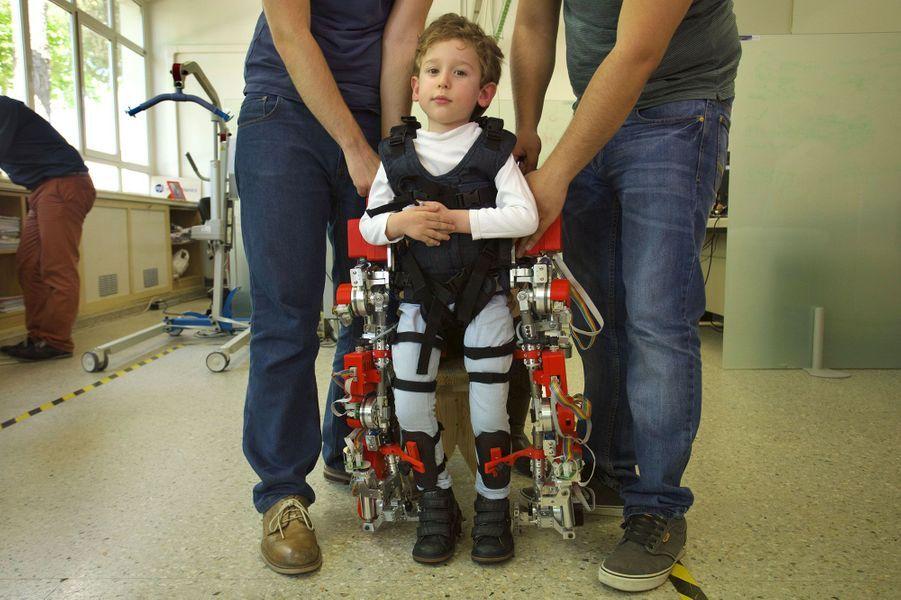 Cette machine remet les enfants paralysés debout