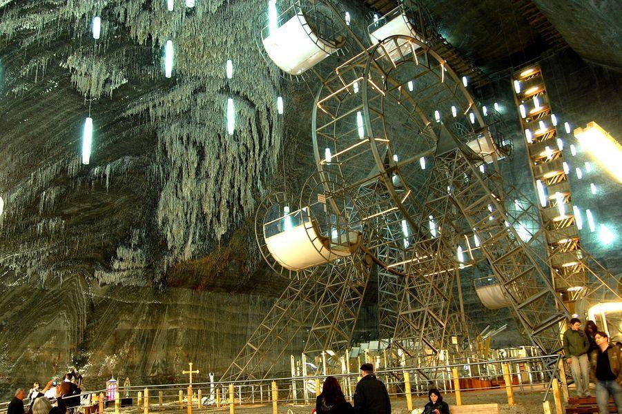 La grande roue de l'ancienne mine Salina Turda en Roumanie