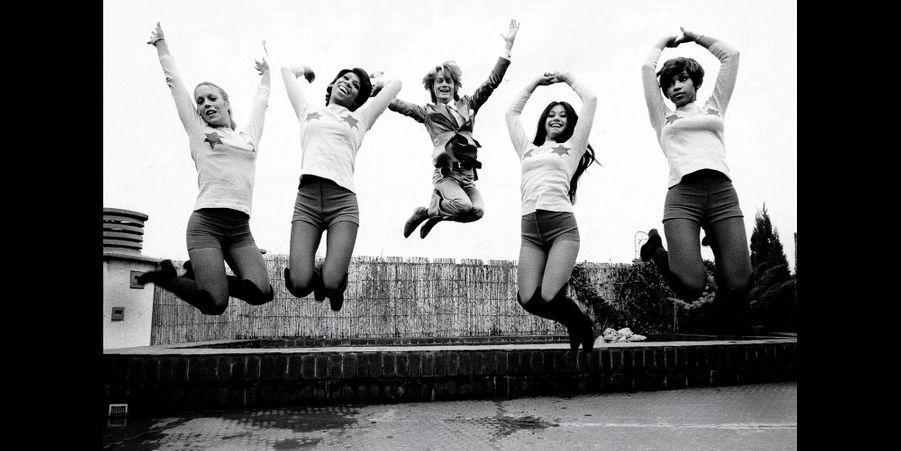 """1971 - Claude François répète avec quatre de ses """"Claudettes"""" sur la terrasse du son siège social rue Exelmans.Retrouvez Paris Match Vintage surFacebook,TwitteretInstagram"""