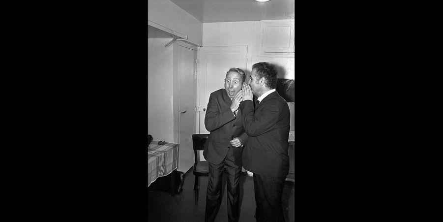 1965 - L'émission «Musicorama», enregistrée pour Europe 1 au vieux théâtre de l'ABC, 11 boulevard Poissonnière. Quand il était potache à Sète, Brassens adorait les chansons de Trenet qu'il apprenait par cœur. Mais quand ils se sont rencontrés, Brassens a été déçu car Trenet, sans doute prisonnier de sa propre légende, n'a pas fait un pas vers lui. Le rire de Trenet qui surjoue du Trenet ressort plus de ses mimiques de scène que du bonheur d'une rencontre. Deux grands poètes se sont croisés. Brassens au sommet, Trenet au creux de la vague.Retrouvez Paris Match Vintage surFacebook,TwitteretInstagram