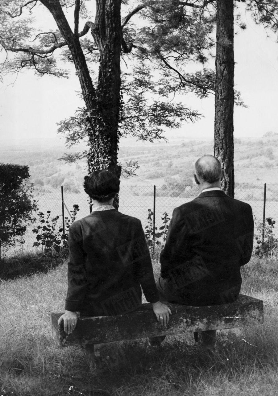 « Avec Mme de Gaulle, il vient souvent s'asseoir sur un vieux banc moussu au fond du parc. Au coin est de la propriété se dresse un calvaire de pierre. » - Paris Match n°288, 2 octobre 1954