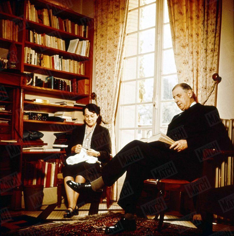 « Ce salon est celui de l'intimité et de la détente. Le général de Gaulle y lit revu et journaux. Mme de Gaulle y fait de la couture. C'est là que, matin et soir, ils écoutent les informations à la radio. » - Paris Match n°288, 2 octobre 1954