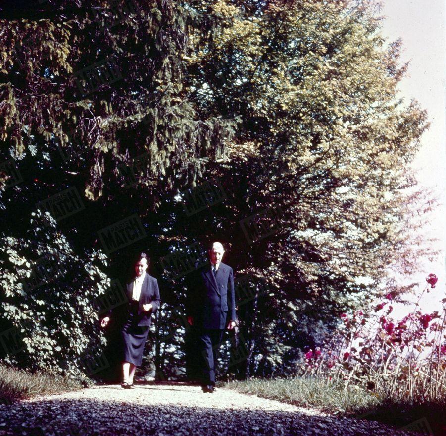 « Pour Mme de Gaulle, la promenade de son mari est une inspection. Elle s'attache particulièrement au soin des arbres. » - Paris Match n°288, 2 octobre 1954