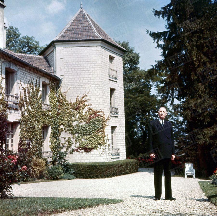 « De la tour où le général a installé son bureau, on ne découvre ni une maison ni un promeneur. Seulement parfois un troupeau de moutons. » - Paris Match n°288, 2 octobre 1954