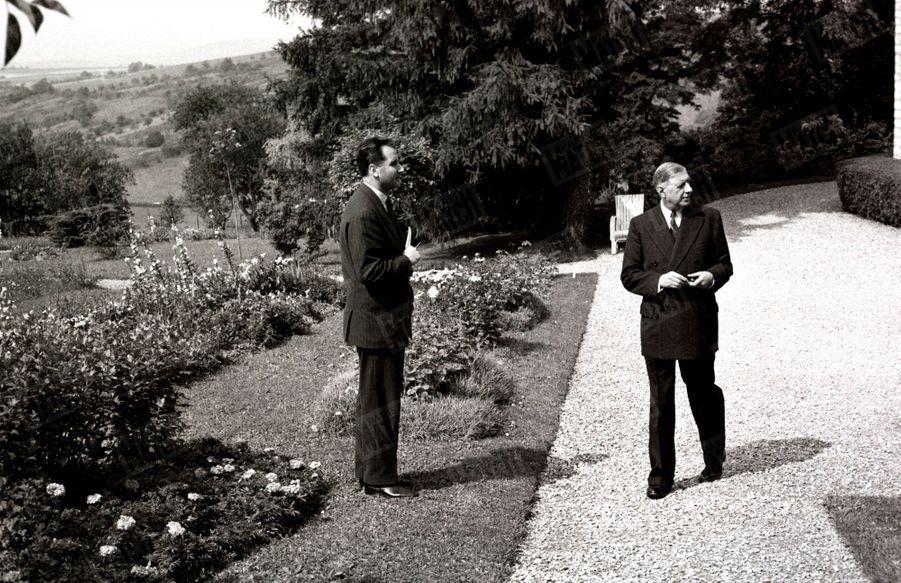 Le général de Gaulle en compagnie de Jean Farran, reporter de Paris Match, à la Boisserie, sa propriété de Colombey les-Deux-Eglises, en octobre 1954.
