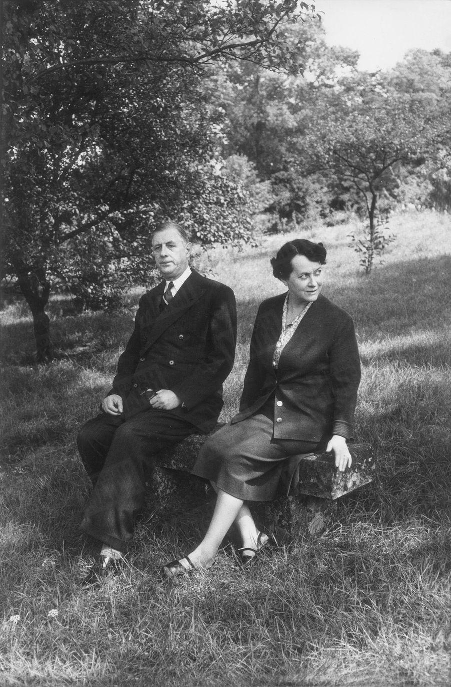 « Le général et sa femme ne se séparent jamais. Lorsque de Gaulle toutes les semaines monte dans sa 15 CV pour se rendre à Paris, elle l'accompagne. » - Paris Match n°288, 2 octobre 1954