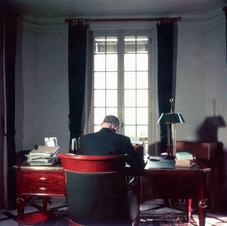 « Chaque matin, depuis deux ans, à cette table, il écrit ses mémoires. Devant lui, la photo de son petit-fils Charles. Au fond, les horizons sauvages de la vallée de l'Aube. » - Paris Match n°288, 2 octobre 1954