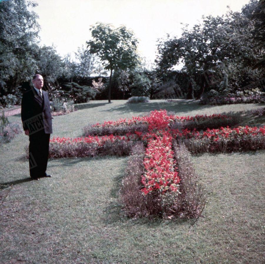 « Chaque printemps, le général voit refleurir sous ses fenêtres une Croix de Lorraine de 10m sur 7. Ce fut l'insigne de son régiment avant d'être celui de la France. » - Paris Match n°288, 2 octobre 1954